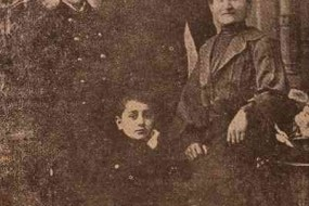 The Djoloyan brothers with their mother – 1904