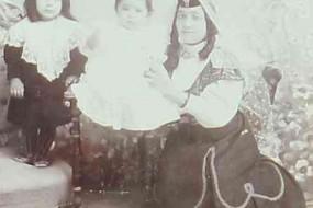 Mother with her children – Teheran 1908