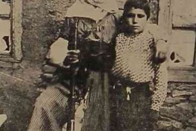 Mother with her son – 1910