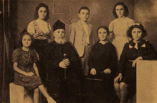 Sdepan Kahana Geusdenian with his family