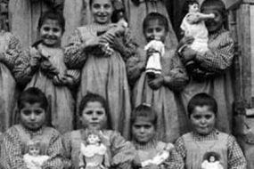 Bitlis 1914 – Armenian children with dolls