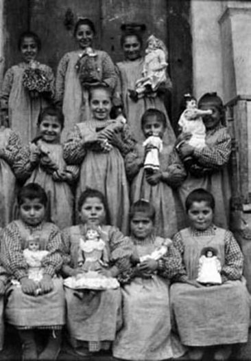 Bitlis 1914 – Armenian children with dolls